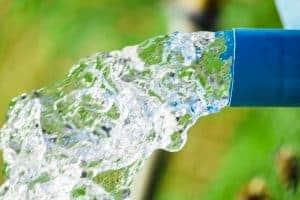 צינור מים מפוצץ מים